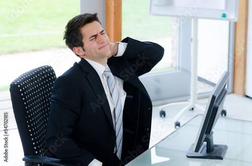 junger mann mit nackenschmerzen