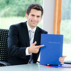 businessmann zeigt auf bewerbung