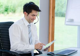 callcentermitarbeiter mit tablet