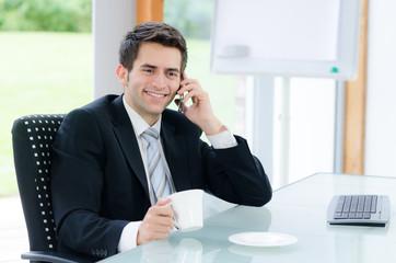 junger mann telefoniert und macht pause