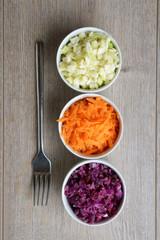Drei Schalen mit rohem Gemüse