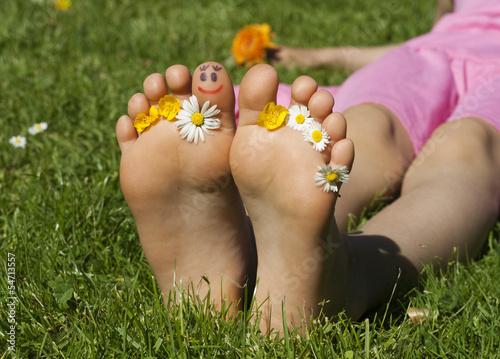 canvas print picture Kinderfüsse mit Gesicht und Blumen