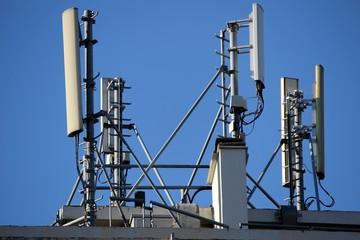 Antennes de téléphonie sur un toit d'immeuble