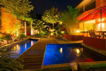 Privater Garten bei Nacht - Sommerversion