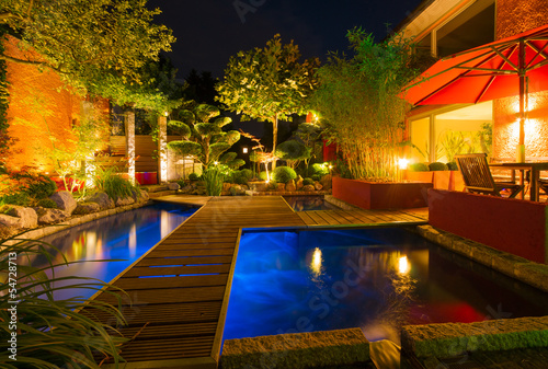canvas print picture Privater Garten bei Nacht - Sommerversion