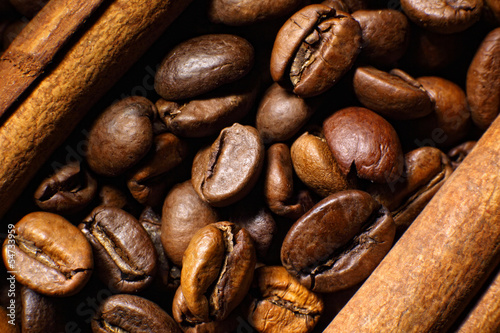 Obraz na płótnie Ziarna kawy i biały kubek
