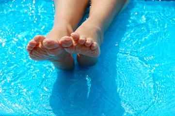 Kinderfüße im Schwimmbad