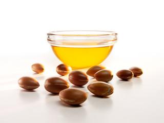 Arganöl in einer Schale und einige Argan Früchte