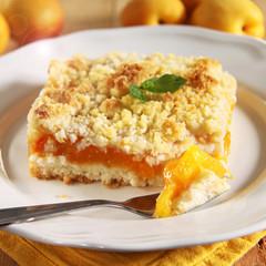 aprikosen streusel kuchen mit minzblättchen