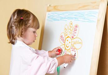 bambina che disegna con i pennarelli