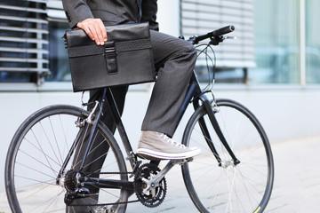 Fahrrad und Aktentasche