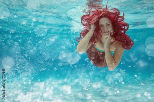 Nixe mit roten Haaren
