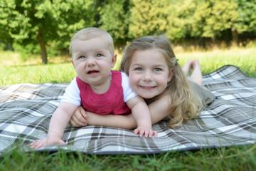 Sommerportrait zweier Schwestern
