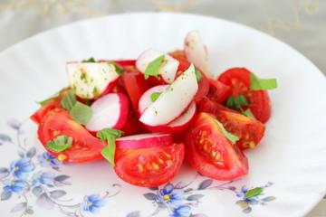 Tomatensalat mit Radieschen