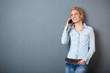 lächelnde frau telefoniert mit smartphone