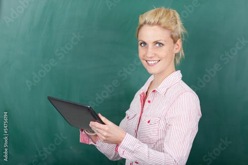 lächelnde studentin mit tablet-computer