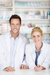 zwei junge apotheker in der apotheke