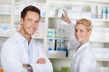 mitarbeiter in der apotheke