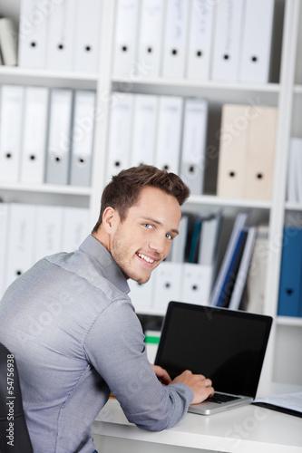 junger geschäftsmann arbeitet am schreibtisch
