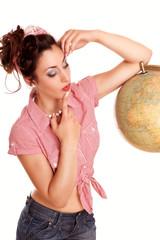 überlegende Frau mit Globus