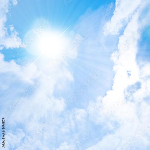 青空の雲間の太陽の輝き
