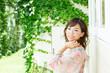庭で寛ぐ若い女性
