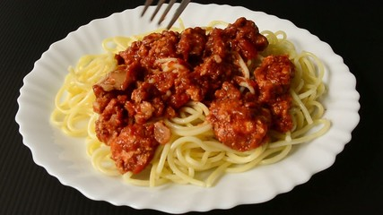 Fresh boiled spaghetti with chicken tomato sauce is ready to eat