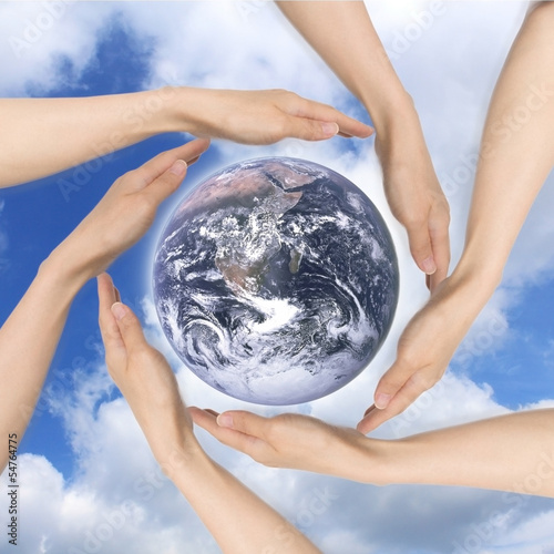 地球を囲む多くの手