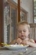kleines Mädchen beim Mittagessen auf der Terrasse