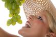 Blonde Frau isst Weintrauben