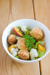 Salad with peach, a bowl of meat sharikamiv slipper