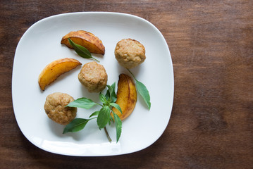 Balls of meat and grilled peaches