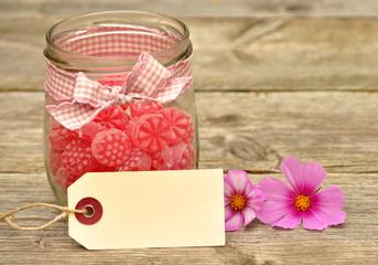 Himbeerbonbons im Glas mit Papp-Etikett