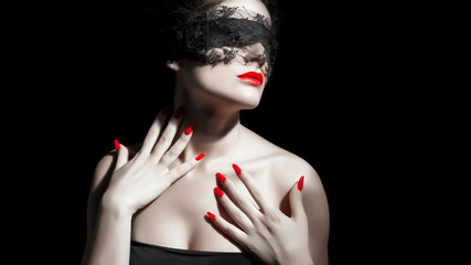 Ragazza bendata con unghie rosse