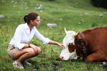 junges Mädchen mit Kühen
