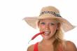 Blonde Frau mit Chilischote