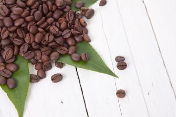 granos de café sobre hoja