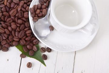 granos de café con la taza y la cuchara
