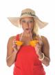 Blonde Frau trinkt Orangensaft