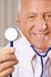 Arzt hält Stethoskop