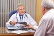 Patient überreicht Hausarzt Röntgenbild