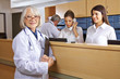 Arzt und Rezeptionist im Krankenhaus