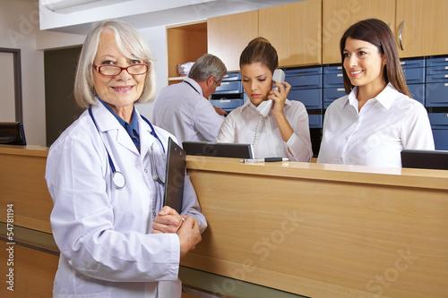 Leinwanddruck Bild Arzt und Rezeptionist im Krankenhaus