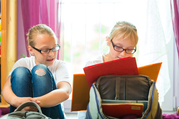Mädchen bei den Hausaufgaben