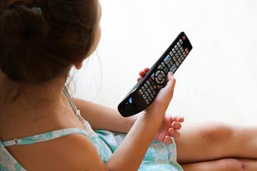 bambina davanti alla tv