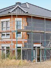 Ein Neubau wird aussen mit Wärmedämmung verkleidet