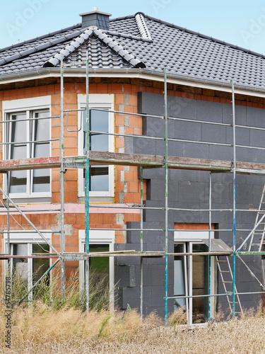 canvas print picture Ein Neubau wird aussen mit Wärmedämmung verkleidet