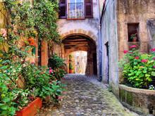 Арочные мощеной улочке в тосканской деревушке, Италия
