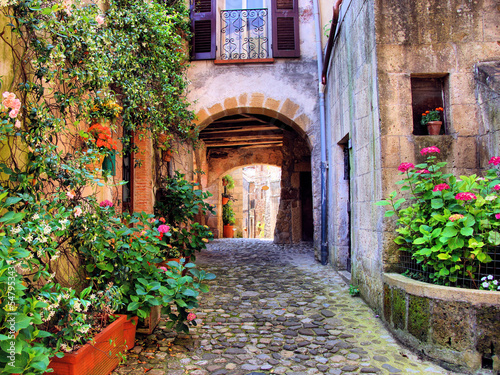 Gewölbte Kopfsteinstraße in einem toskanischen Dorf, Italien