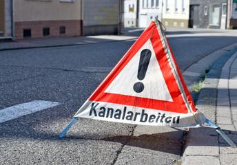 Kanalarbeiten Warnschild an Straße
